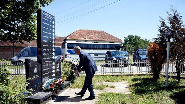 Hašim Tači polaže cveće na spomen ploču nastradalim dečacima - Sputnik Srbija