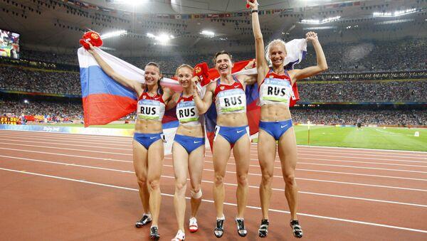 Ruske atletičarke nakon osvojene zlatne medalje na Olimpijskim igrama 2008. - Sputnik Srbija