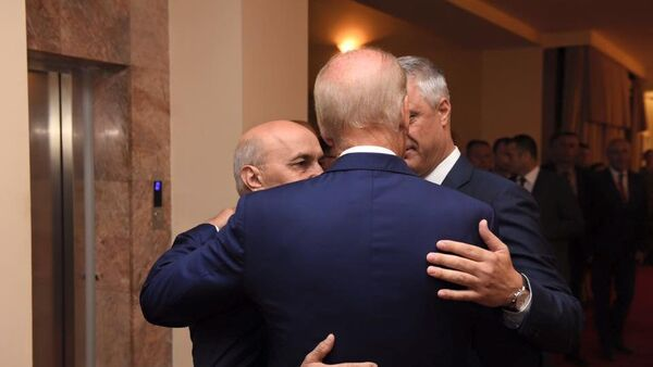 Isa Mustafa, Hašim Tači i Džo Bajden u zagrljaju. - Sputnik Srbija