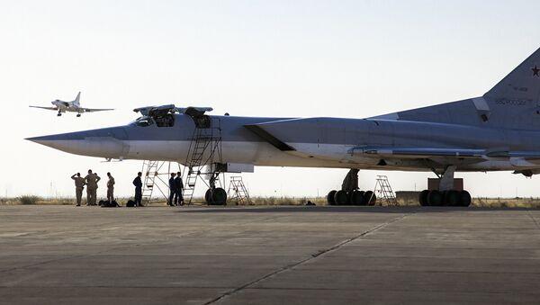 Ruski bombarder Tu-22M3 stoji na pisti dok je drugi avion sleće u vazduhoplovnu bazu Hamadan, Iran. - Sputnik Srbija