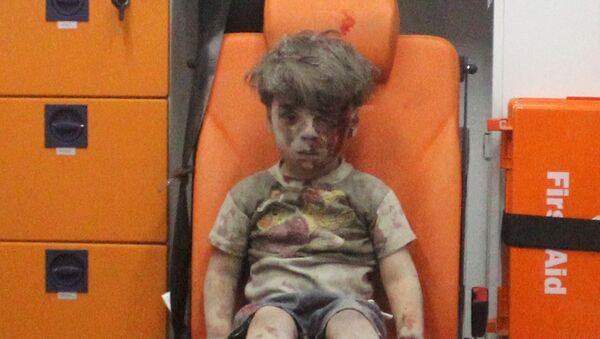Sirijski dečak koji je preživeo bombardovanje - Sputnik Srbija