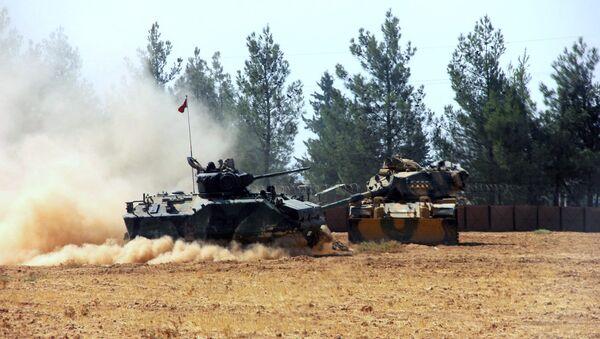 Турски тенк и једно оклопно возило су стационирани у близини границе са Сиријом, у Каркамис, Турска, уторак, 23. августа, 2016 - Sputnik Србија