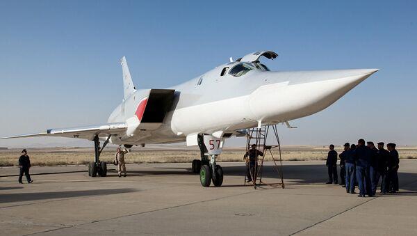 Ruski bombarder Tu-22M3 na aerodromu vazduhoplovne baze Hamadan u Iranu. - Sputnik Srbija