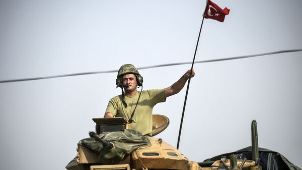 Турски војник на тенку са турском заставом у сиријском граду Џараблусу - Sputnik Србија