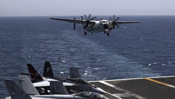 Војни авион слеће на носач авиона морнарице САД Џорџ Х.В. Буш, у Персијском заливу - Sputnik Србија