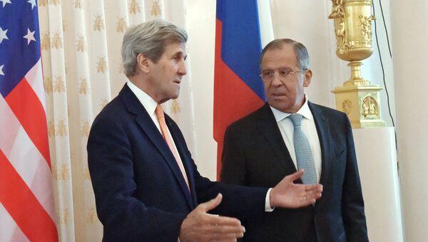 Шеф руске дипломатије Сергеј Лавров и амерички државни секретар Џон Кери - Sputnik Србија
