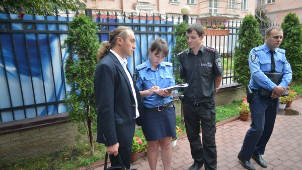 Policija i predstavnici desničarske grupe u Kijevu ispred zgrade Ruskog centra za nauku i kulturu u Kijevu - Sputnik Srbija