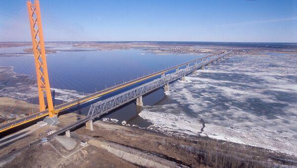 Изградња моста преко реке Об у дужини од 2,5 километра представља изазов за грађевинце, због мочварног подручја. Он ће коштати најмање милијарду евра. - Sputnik Србија