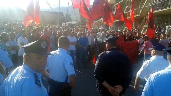 Албанци демонстрирају у Мушутишту не дозвољавајући расељеним Србима да уђу у село. - Sputnik Србија