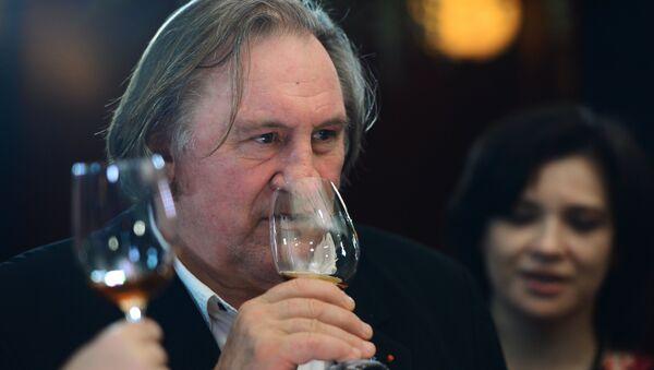 Žerar Depardje uživa u krimskom vinu. - Sputnik Srbija
