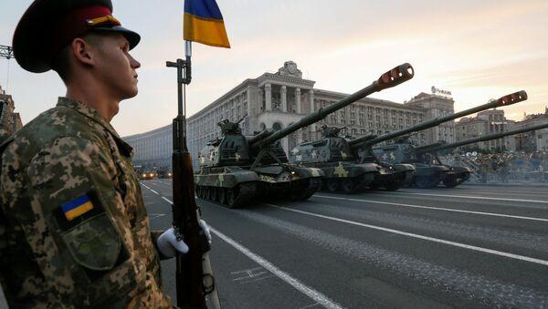 Ukrajinski vojnik stoji pored  samohodnih haubica ukrajinske vojske - Sputnik Srbija