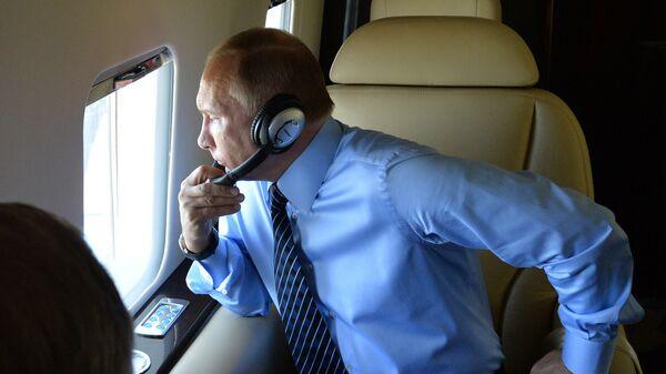 Председник Русије Владимир Путин у авиону - Sputnik Србија