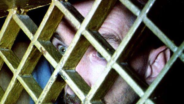 Српски затвореник, 06 августа 1992. гледа кроз решетке на својој ћелији, у главном федералном затвору у Сарајеву, Босна и Херцеговина - Sputnik Србија