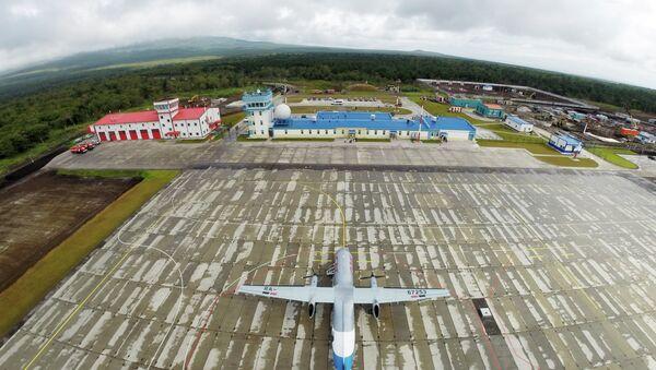 Bombarder Deš 8-300 na novom aerodromu na južnokurilskom ostrvu Iturup. - Sputnik Srbija