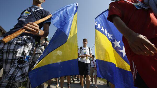 Mladići sa zastavama BiH - Sputnik Srbija