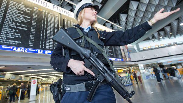 Pripadnica policije na aerodromu u Frankfurtu. - Sputnik Srbija