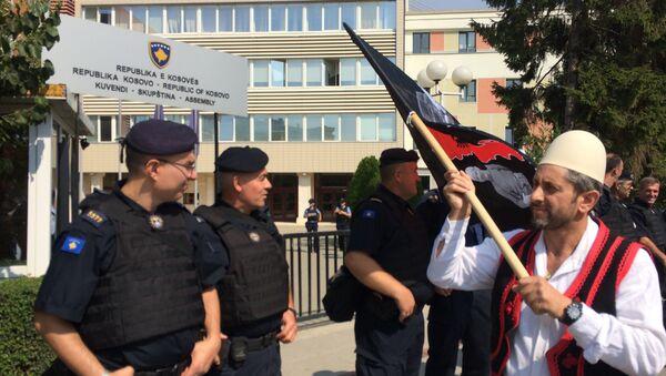 Албанац са Косва носи заставу Велике Албаније - Sputnik Србија