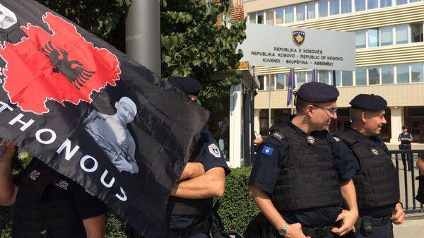 Косовска полиција испред зграде Скупштине у Приштини приликом једног протеста на којем је ношена застава Велике Албаније - Sputnik Србија