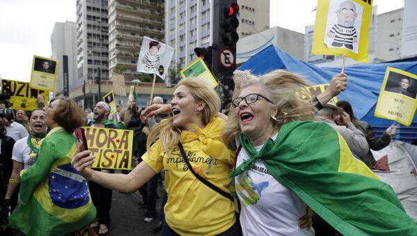 Ljudi slave opoziv  predsednice Brazila Dilme Rusef u Sao Paulu, Brazil, avgusta 31, 2016. - Sputnik Srbija