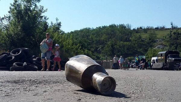 Geler granate nedaleko od kontrolnog punkta Stanica Luganska na liniji dodira u Donbasu. - Sputnik Srbija