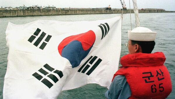 Јужнокорејски официр поред заставе своје земље - Sputnik Србија
