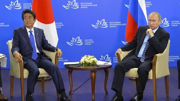 Premijer Japana Šinzo Abe i predsednik Rusije Vladimir Putin tokom sastanka u Vladivostoku. - Sputnik Srbija