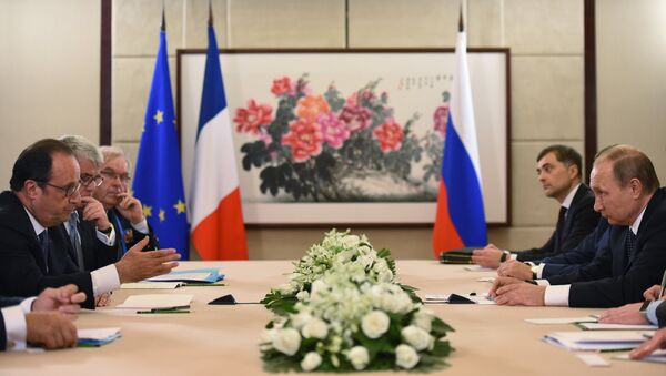 French President Francois Hollande (L) meets with Russian President Vladimir Putin (R) during the G20 Leaders Summit in Hangzhou, in China's eastern Zhejiang province - Sputnik Srbija