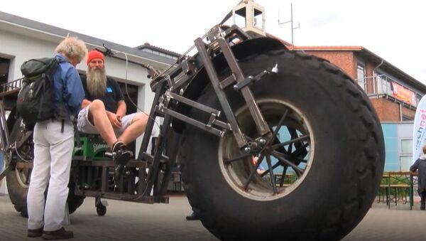 Man Cycles One-Tonne Bike, Breaks Guinness Record - Sputnik Srbija