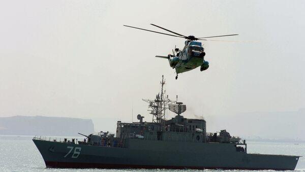 Ирански хеликоптер лети над иранским разарачем током вежби у Персијском заливу у Ирану. - Sputnik Србија