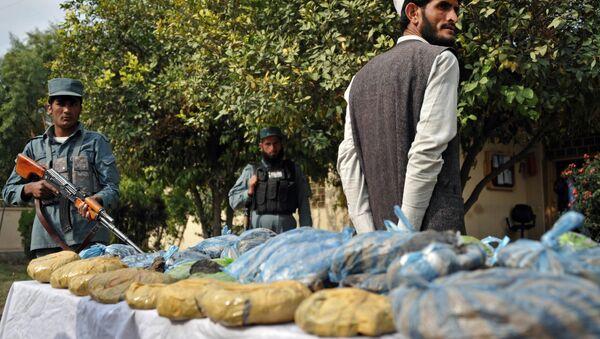Avganistanska policija obezbeđuje konfiskovani heroin u policijskoj stanici u Džalalabadu. - Sputnik Srbija