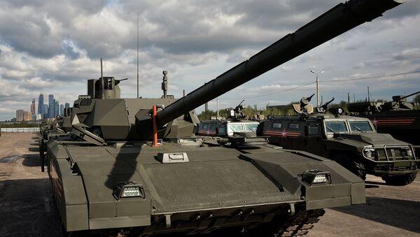 Тенк Т-14 на платформи Армата током пробе за војну параду - Sputnik Србија