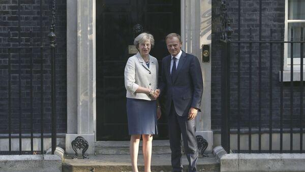 Премијерка Велике Британије Тереза Меј и председник Европског савета Доналд Туск пре састанка у Даунинг стриту у Лондону - Sputnik Србија