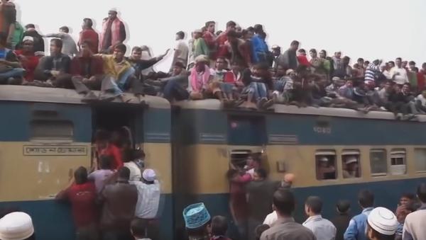 Воз у Бангладешу. - Sputnik Србија