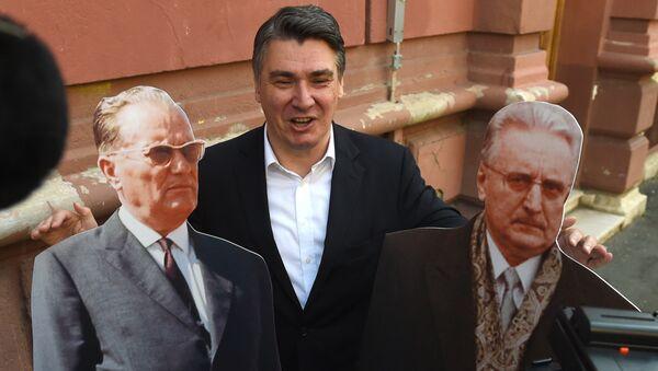 Зоран Милановић позира испред гласачког места са макетама Тита и Туђмана. - Sputnik Србија