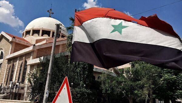 Застава Сиријске Арапске Републике поред православне цркве у хришћанском делу Алепа - Sputnik Србија