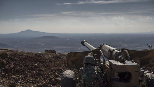 Vojnik sirijske arapske armije na osmatračkom punktu u selu El Kom u sirijskoj provinciji Kuneitra. - Sputnik Srbija