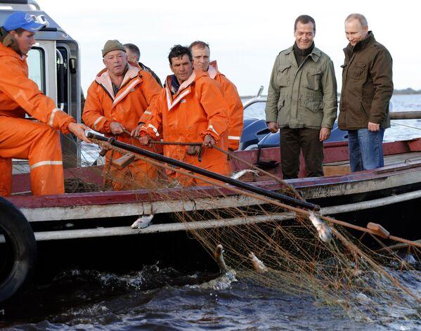Putin i Medvedev na jezeru Iljmenj - Sputnik Srbija