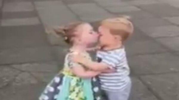 Бебе се љубе - Sputnik Србија