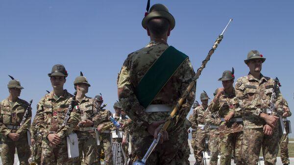 Италијански војници при саставу КФОР-а, на церомноји примопредаје дужнпсти, у Приштини. - Sputnik Србија