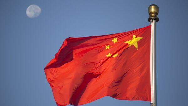 Mesec se vidi iza kineske zastave na Trgu Tjenanmen u Pekingu - Sputnik Srbija