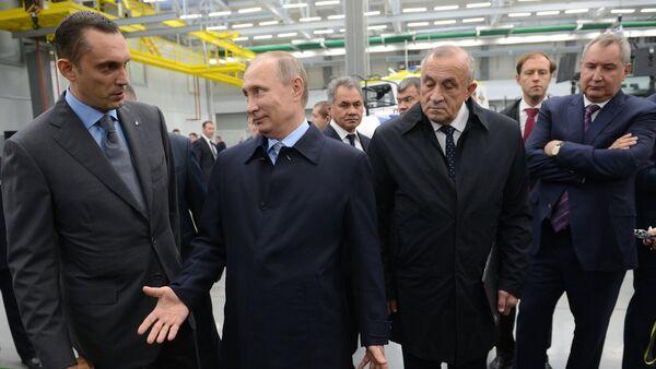 Predsednik Rusije Vladimir Putin tokom posete koncernu Kalašnjikov u Iževsku - Sputnik Srbija