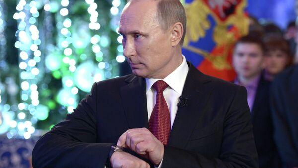 Vladimir Putin sets his watch - Sputnik Srbija