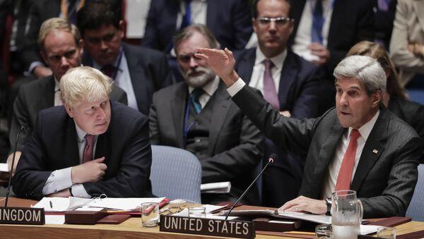 Ministar spoljnih poslova Velike Britanije Boris Džonson i američki državni sekretar Džon Keri na zasedanju Saveta bezbednosti UN u Njujorku - Sputnik Srbija