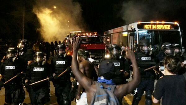 Протести у Шарлоту након што је полицајац убио афроамериканца Кита Ламонта Скота. - Sputnik Србија