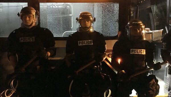 Полицајци стоје испред аутобуса у Шарлоту током протеста због убиства Кита Ламонта Скота. - Sputnik Србија