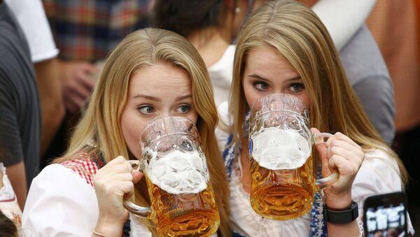 Plavuše piju pivo na otvaranju Oktoberfesta. - Sputnik Srbija