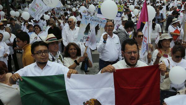 Desetine hiljada ljudi marširalo je u subotu ulicama Meksiko Sitija u znak protesta protiv nastojanja predsednika Enrikea Penje Nijeta da legalizuje istopolne brakove. - Sputnik Srbija