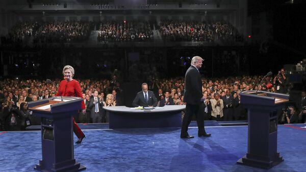 Кандидат Демократске партије за председника САД Хилари Клинтон и кандидат републиканаца Доналд Трамп током предизборне дебате у Њујорку - Sputnik Србија
