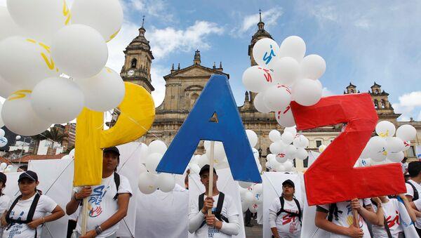 Људи стоје са натписом Мир на Боливаровом тргу испред катедрале у Боготи, Колумбија. - Sputnik Србија