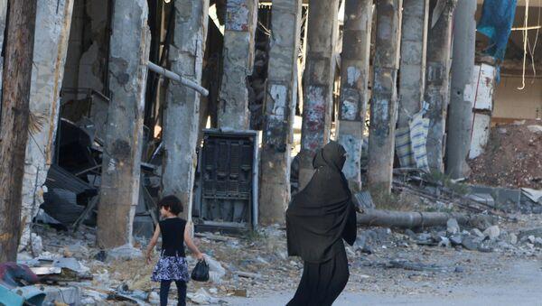 Ljudi šetaju između razrušenih zgrada u Alepu - Sputnik Srbija